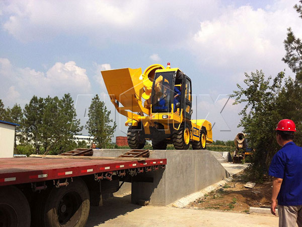 Self loading concrete mixer is with characteristics of compact structure and easy movement