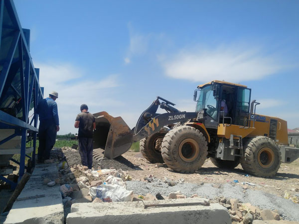 the wheel loader feeds the concrete batching machine